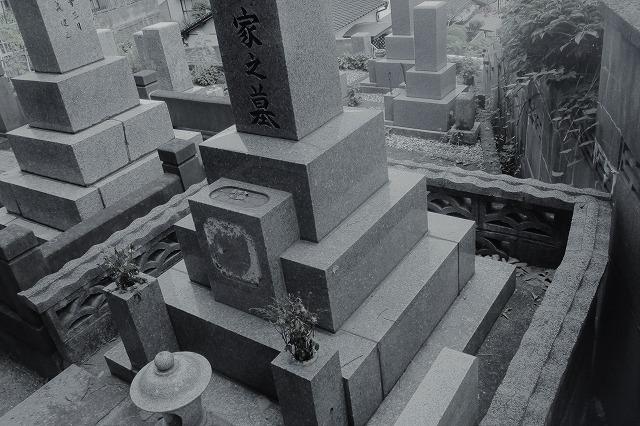 お墓の傾きもお任せ 北九州の 月影霊園